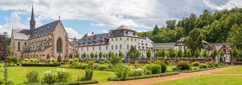 Fotografie, Obraz Panorama des Klosters Marienstatt und einem Teil des Klostergartens