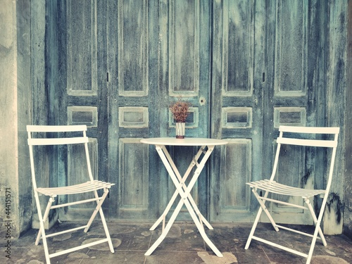 Photo Empty Chairs And Table Against Wall