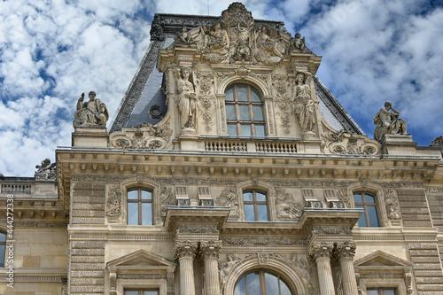 Obraz na plátně Statues sur la facade du Musee du louvre Paris