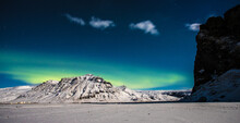 Aurora Boreal Sobre Montañas Nevadas En Islandia