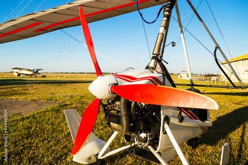 Photo Close up of propellerof motor hang glider standing on green grass at aerodrome,