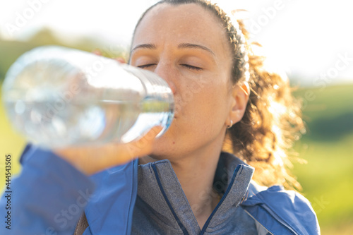 Stampa su Tela Chica bebiendo agua.