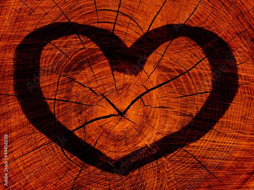 Czarne serce na pomarańczowym tle