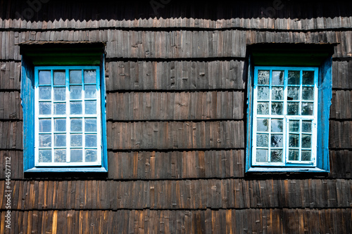 Kolorowe okno w stary domu