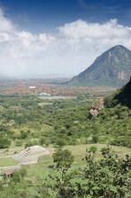 Pirámide Mesoamericana En Morelos, México, Junto A Una Montaña Con Cielo Y Nubes.