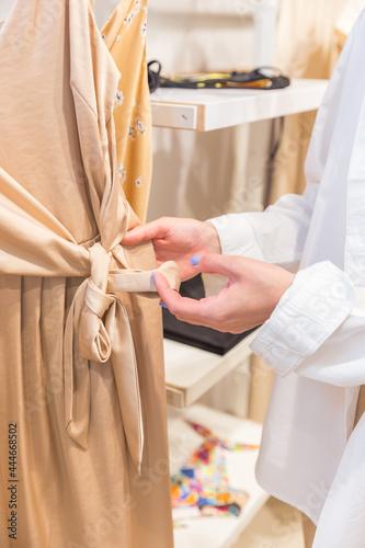 Murais de parede bride and groom holding hands