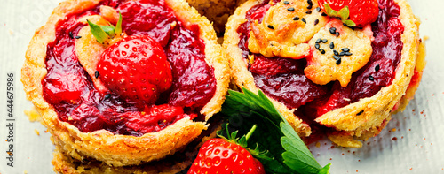 Canvas Print Summer biscuit with strawberries