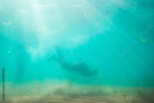 Young man, swimming underwater, diving in the sea Fototapet