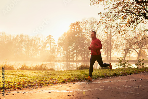 Man jogging outdoors in the fall Fototapet