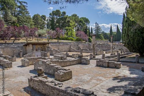 parc de Vaison-la-Romaine avec des vestiges romains Fototapet