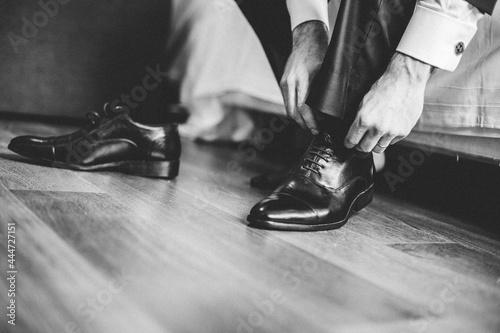Obraz na plátne atando los zapatos de novio