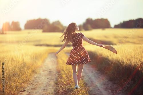 Fotografia girl dress wheat field / happy summer vacation concept, one model in a sunny fie