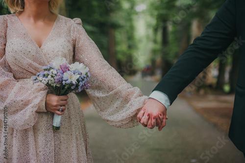 Billede på lærred bride and groom holding hands