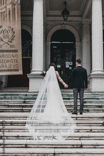 Foto bride and groom walking