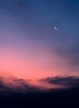 Luna En Cuarto Creciente En Un Atardecer En El Sur Del Planeta
