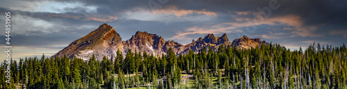 Foto A panorama image of Broken Top mountain as it looms above Todd Lake in the late