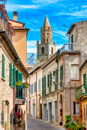 Fotografia Narrow street in the town of Atri with a view of the cathedral bell tower, Italy
