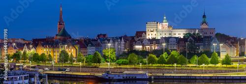 Fotografija Szczecin. Panorama of the city embankment in the early morning.