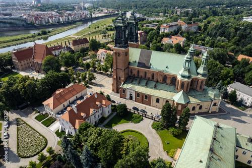 Widok na Bazylika archikatedralna Świętych Apostołów Piotra i Pawła w Poznaniu