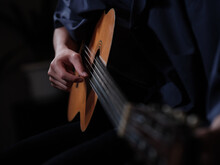 ギターを演奏する人