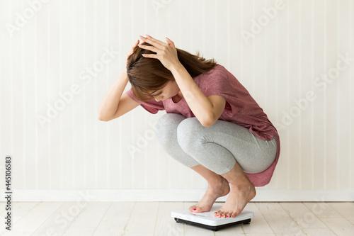 Valokuvatapetti 体重をはかる女性