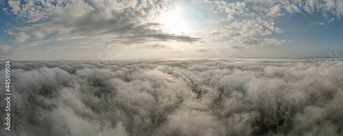 Foto Nad i pod chmurami, mgła z lotu ptaka