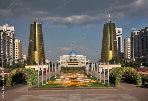 Fotografiet Nurzhol Boulevard - Green Water Boulevard, Akorda - Ak Orda Presidential Palace and Kazyana tower in Astana