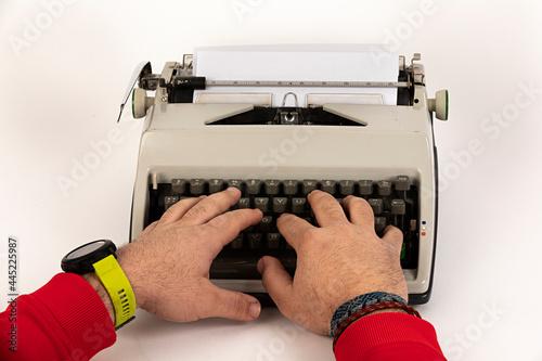 Canvas Print Manos de hombre sobre teclado de máquina de escribir antigua.
