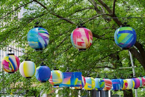 夏祭りのカラフルなちょうちん Fotobehang