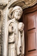 Primer Plano Escultura De Peregrino En La Puerta Del Colegio San Gregorio En Santiago De Compostela, España