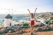 kobieta z widokiem na greckie miasto i wiatrak