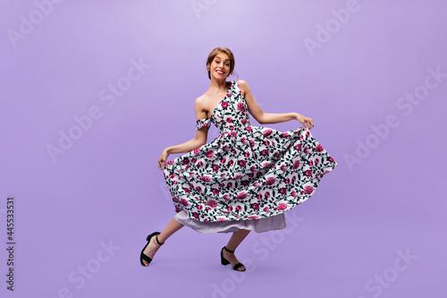 Murais de parede Lady in floral print dress makes reverence