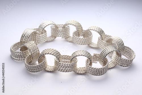 bransoletka srebrna na białym tle