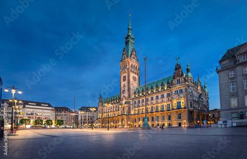 Obraz na plátně Illuminated Town Hall at dusk in Hamburg, Germany