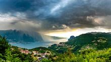 Eine Dunkle Regenwand überquert Den Gardasee Und Trifft Auf Die Berge