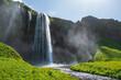Der Wasserfall Seljalandsfoss liegt im Süden von Island. Der Fluss Seljalandsá stürzt hier 66 m tief und wird vom Gletscher des Eyjafjallajökull gespeist.