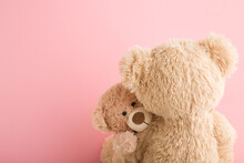Brown Teddy Bear Mother Hugging Her Baby On Light Pink Background. Lovely, Emotional Moment. Closeup. Copy Space. Empty Place For Emotional Text, Cute Quote Or Sayings.