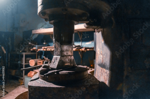 Fotografia General view of an old percussion machine for forging various metals in a working blacksmith shop without people