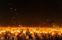 Thai People Release Sky Floating Lanterns Or Lamp To Worship Buddha Relics At Night. Traditional Festival In Chiang Mai, Thailand. Loy Krathong And Yi Peng Lanna Ceremony. Celebration Background.