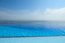 인피니티풀 (바다와 접한 수영장)
