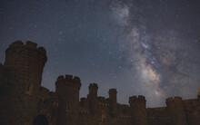 Siluetas Hacia Campo De Estrellas En El Cielo Y La Vía Láctea. Castillo Y Personas.