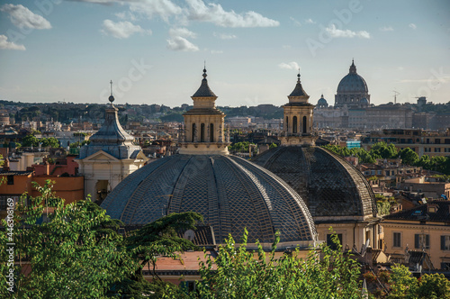 Overview of trees, cathedrals domes and roofs of buildings in Rome Fototapet