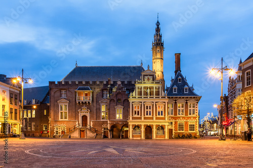 Fotografie, Obraz Square and town hall at the Grote Markt at night with monumental houses in Haarlem
