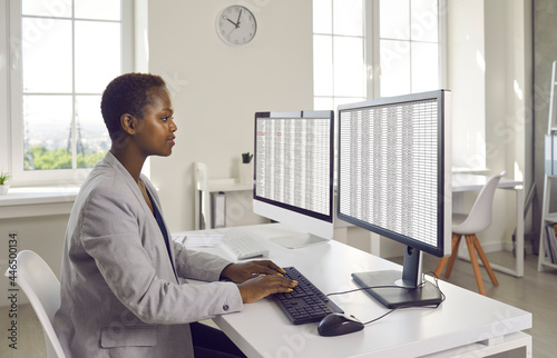 Canvastavla Black business lady or financial accountant using modern bookkeeping software