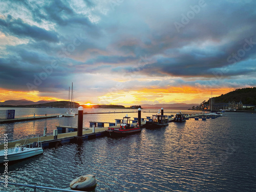 Obraz na plátně A beautiful sunset over oban harbour
