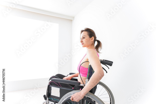 スポーツウェアを着て車椅子に乗る外国人の女性 Fototapet