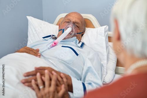 Obraz na plátně Woman visit senior husband with oxygen mask at hospital