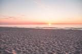 Fototapeta Na ścianę - Zachód słońca na plaży w Kołobrzegu.