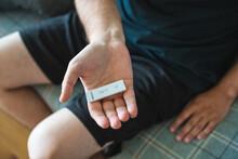 Mann Zeigt Negativen Corona - Wohnzimmertest Vor - Testergebnis Sars Cov