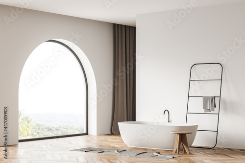 Photographie Arch window in the white bathroom space with bathtub